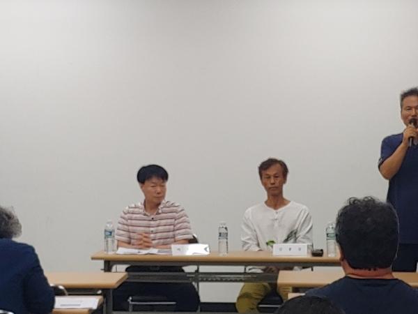 22일 열린 'KT 반인권적 강제퇴출 충북지역 피해자 증언대회'에 참석한 박종애(왼쪽), 김홍문 증언자들.